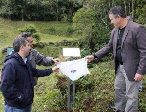 Prefeito prestigia cerimônia de doação de área para preservação ambiental em Nova Friburgo