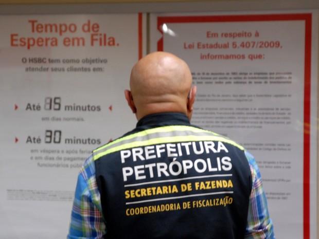 Procon encontra irregularidades em agências bancárias de Petrópolis