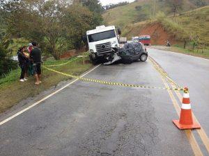 Mulher morre em uma colisão entre carro e caminhão em Duas Barras