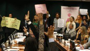 Em sessão tumultuada, comissão aprova estatuto que define família a relação apenas entre homem e mulher