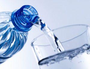 Beber meio litro de água 30 minutos antes de comer ajuda a emagrecer