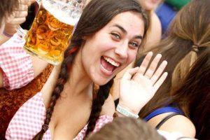 Mulheres devem beber duas cervejas por semana, pesquisa revela