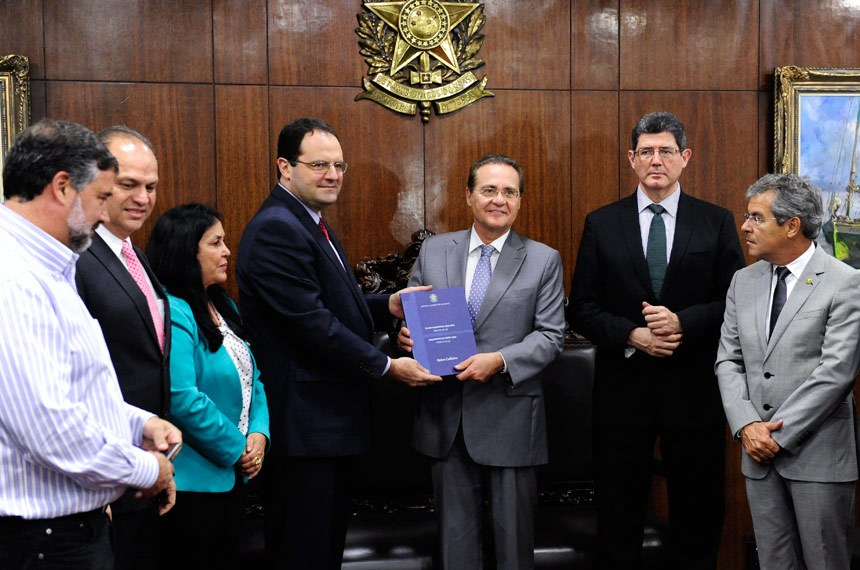 Senado aprova cláusula de barreira a partir de 2018 e fim de coligação para 2020