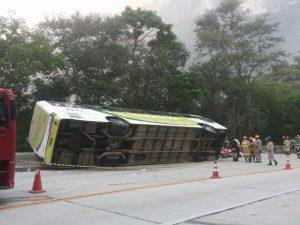 Ônibus que tombou tinha mangueira de sistema de freio estourada, diz PRF