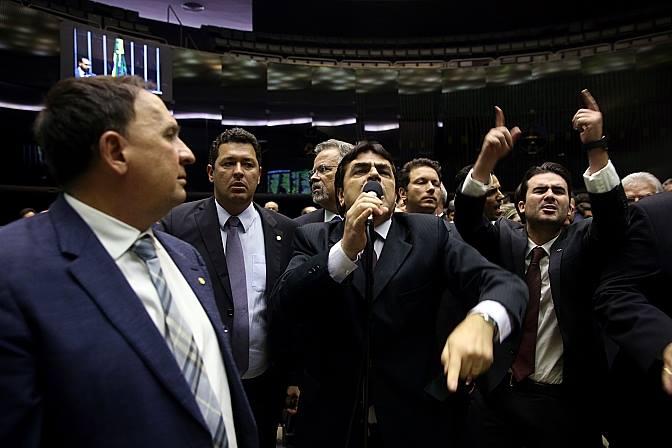 Câmara impede que políticos regularizem dinheiro não declarado no exterior