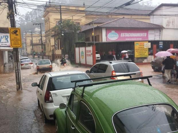 Chuva forte alaga ruas em Nova Friburgo