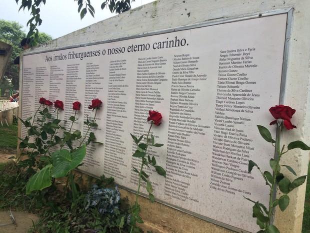 Ato em Friburgo, homenageia vítimas da tragédia com rosas e velas