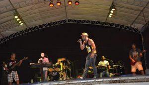 Macuco recebe 2016 com música e show pirotécnico