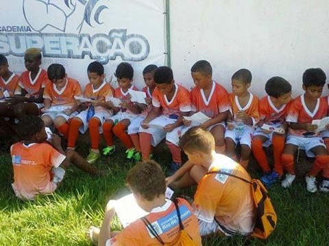Escolinha do Léo Moura na campanha contra a dengue em Macuco