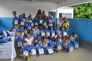 Prefeitura Municipal do Carmo e secretária de educação fazem entrega kit escolar