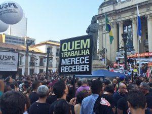 Servidores fazem protesto contra medidas de Pezão na porta da Alerj