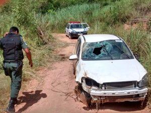 Menores furtam veículos oficiais em Carmo e capotam com um dos carros