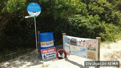 Praias de Cabo Frio recebem placas educativas com bobinas de sacolas plásticas