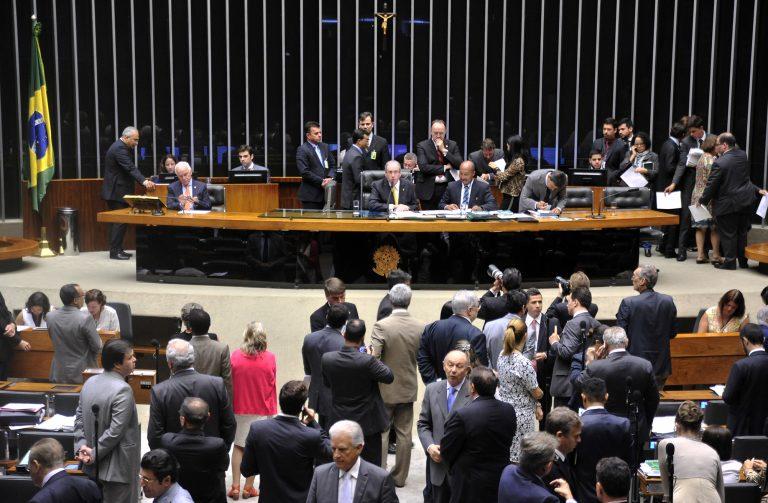 Câmara aprova redução de salário de presidente da República e ministros