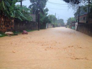 Criança de 3 anos morre em queda de barreira e chuva deixa desabrigados