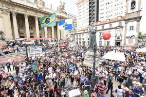 Protesto contra o governo reúne 4 mil