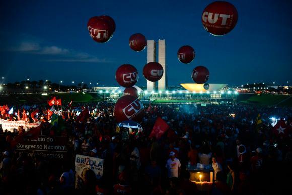 Milhares de manifestantes saem às ruas contra o impeachment
