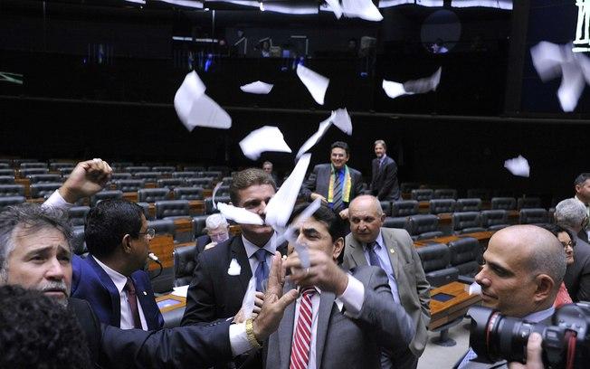 Sessão da Câmara acaba em tumulto por causa da criação de grupo de apoio a Dilma