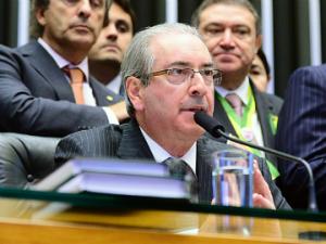 Cunha levará processo de impeachment para Renan nesta terça