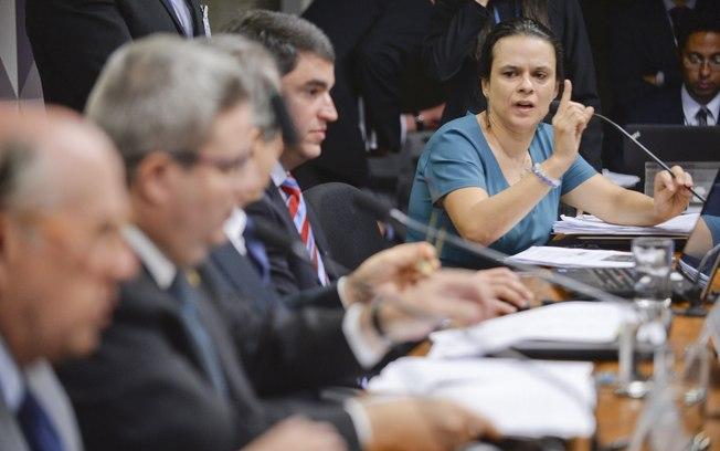 Depoimento de juristas tem bate-boca e tumulto em comissão do impeachment