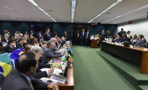 PDT decide votar contra impeachment de Dilma