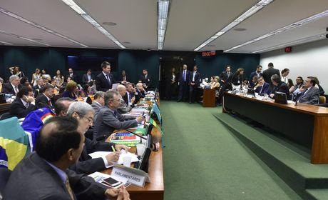PDT decide votar contra impeachment de Dilma