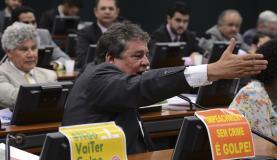 Deputados trocam acusações e xingamentos em comissão de impeachment