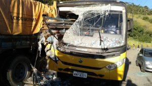 Acidente grave envolvendo um ônibus escolar e um caminhão em Cantagalo mata uma criança e deixa outras feridas