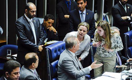 Leitura de relatório do impeachment é concluída e começa prazo para votação
