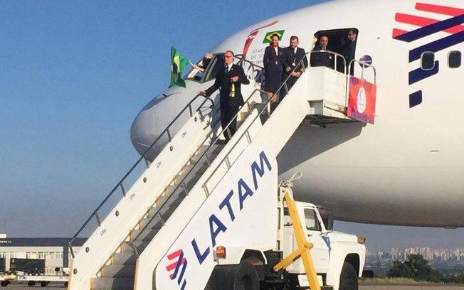"""Tocha olímpica chega a Brasília e começa """"maratona"""" pela capital federal"""