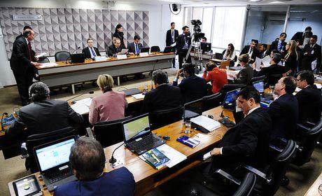 Reunião de comissão do impeachment dura dez horas e tem bate-boca