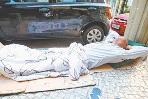 Abrigos municipais recebem mais moradores de rua durante o frio