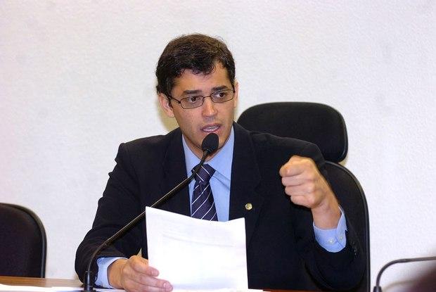 Deputado entrega a Temer pedido de intervenção federal no estado do Rio