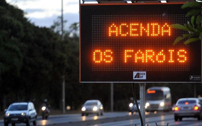 Mais de 124 mil motoristas são pegos no primeiro mês da lei do farol baixo