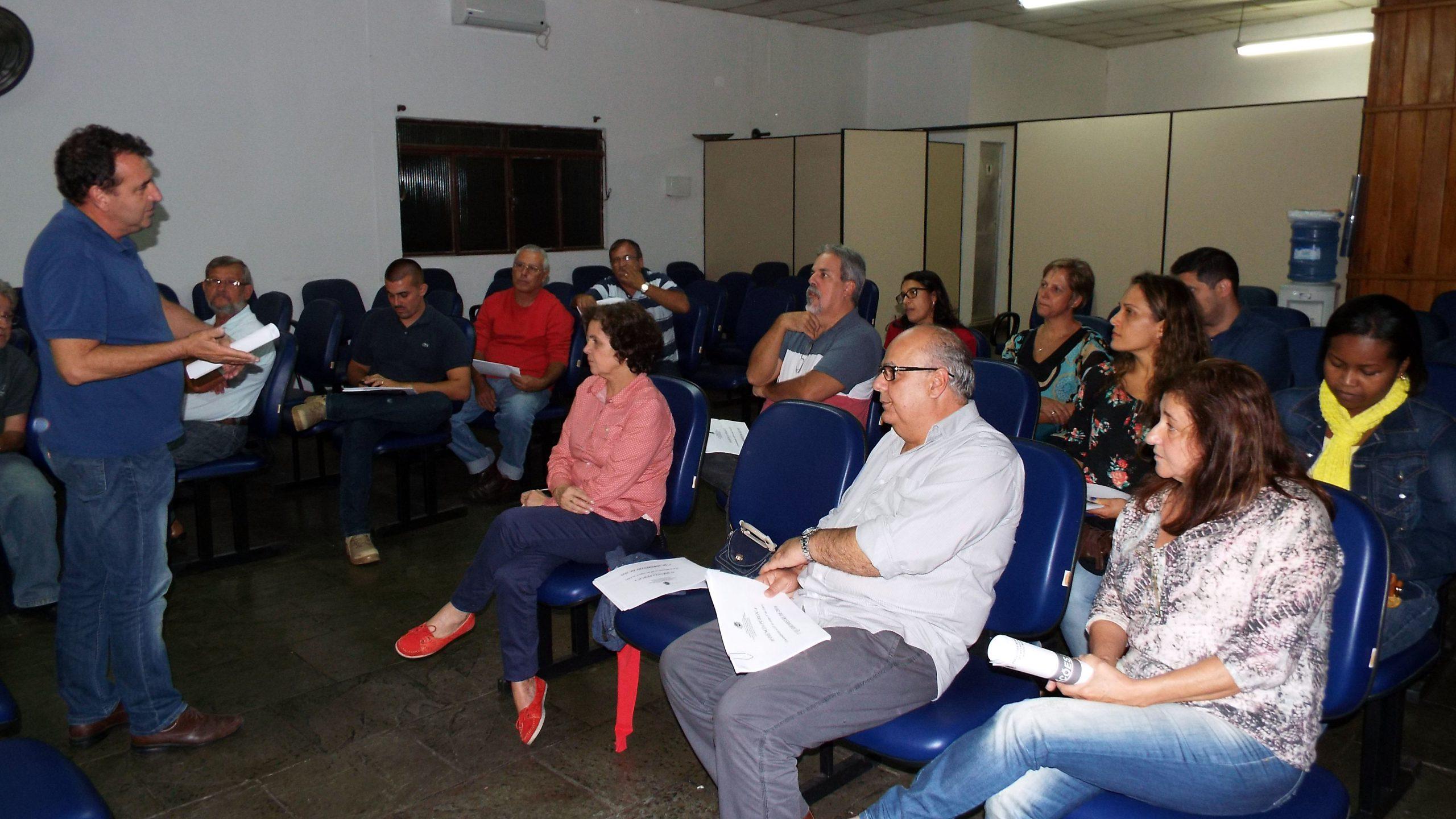 Queda de receita eleva a folha de pagamento e prefeito anuncia cortes