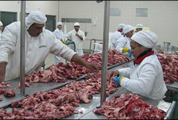 PF acusa frigoríficos de usar cancerígenos em carne e papelão em frango