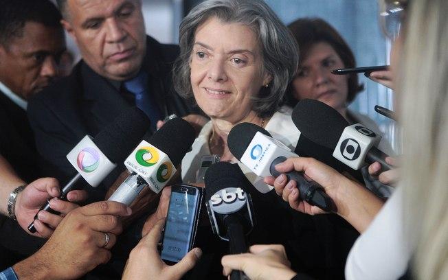 """""""É a democracia ou a guerra"""", diz Cármen Lúcia, em reunião para 2017"""
