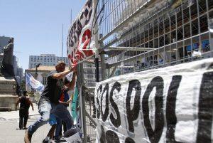 Servidores dizem que 'black blocs' se infiltraram em manifestação