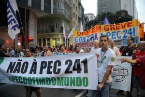 Manifestantes protestam contra PEC do Teto dos Gastos no Rio