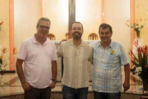 PREFEITO E VICE PARABENIZAM PADRE ALEXANDRE JOSÉ PELOS 15 ANOS DE SACERDÓCIO E PARTICIPAM DE MISSA FESTIVA
