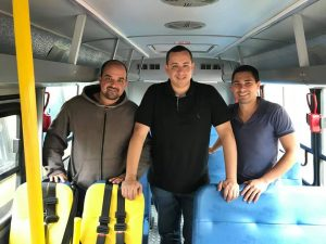 PREFEITURA DE TRAJANO RECEBE CINCO ÔNIBUS ZERO QUILOMETRO PARA TRANSPORTE DE ALUNOS NA REDE MUNICIPAL ENSINO