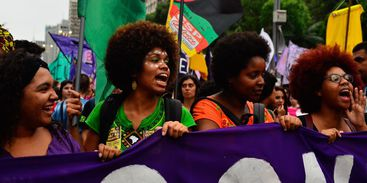 Mulheres protestam contra PEC que pode proibir todas as formas de aborto no país