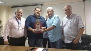 Macuco recebe troféu da Federação Carioca de Futebol