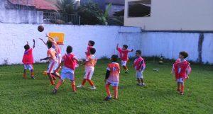 Projeto Brincando na Rua atende Escolinha do Léo Moura