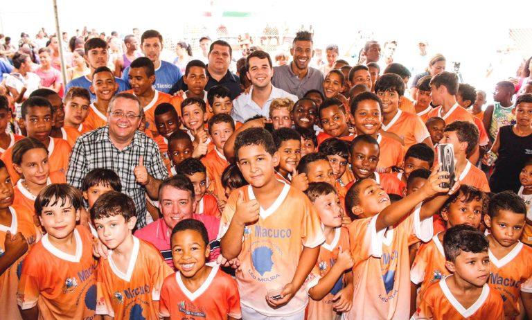 Craque Léo Moura faz nova visita a Macuco