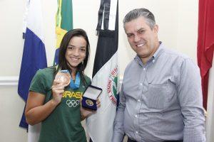 Prefeito Rogério Cabral recebe nadadora classificada para as Olimpíadas