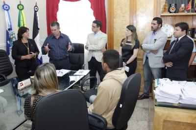 Prefeito Rogério Cabral recebe comissão de aprovados do concurso público de 2015