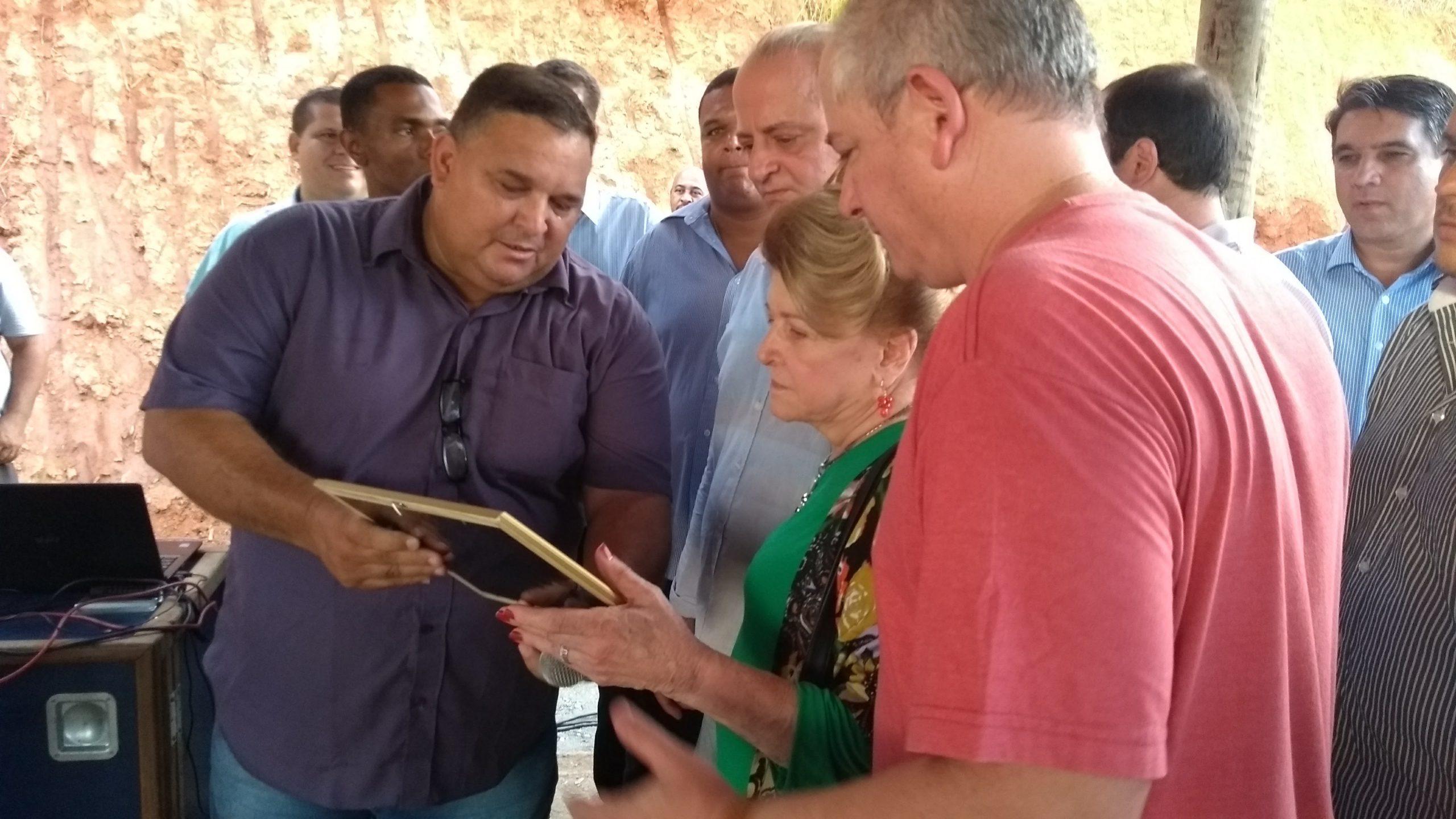 Vereadores homenageiam a Família Abi-Râmia Antônio