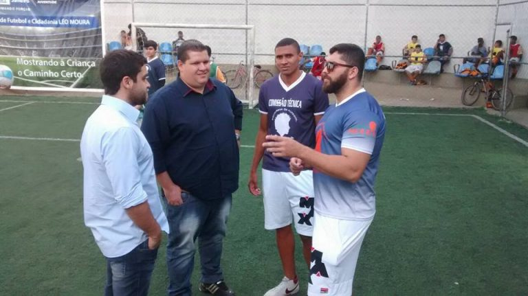 Macuco comemora renovação de contrato da Escolinha do Léo Moura