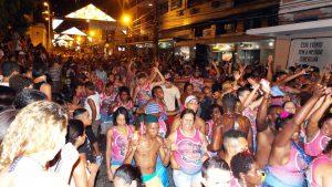 Noite de desfile da segunda-feira é encerrada com o bloco 'Me Leva'